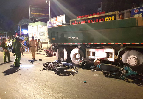 Tạm giữ tài xế xe ben tông hàng loạt xe máy ở Sài Gòn