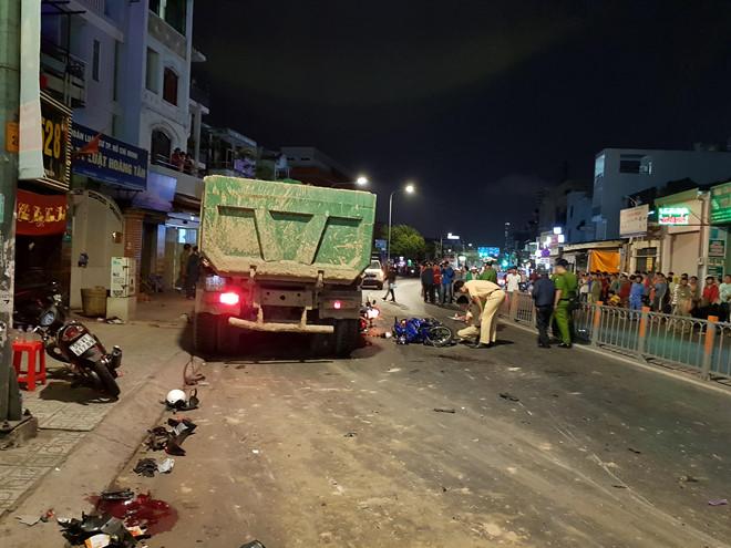 Xe ben cuốn gần 10 xe máy vào gầm ở Sài Gòn