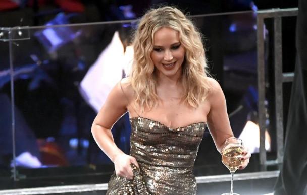 Jennifer Lawrence uống rượu, kéo váy trèo ghế ở Oscar 2018