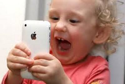 Nghịch điện thoại của mẹ, bé 2 tuổi khiến iPhone bị khóa... 48 năm