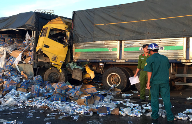 Tài xế 26 tuổi tử vong khi đâm vào đuôi xe tải nổ lốp giữa đường