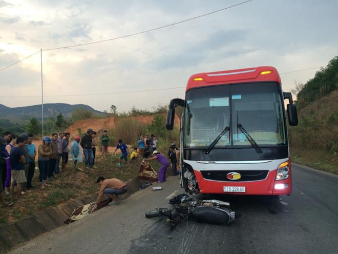 Xe khách tông xe máy đi ngược chiều, 2 người tử vong