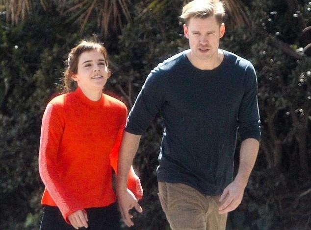 """Emma Watson công khai hẹn hò nam diễn viên cơ bắp của """"Glee"""""""