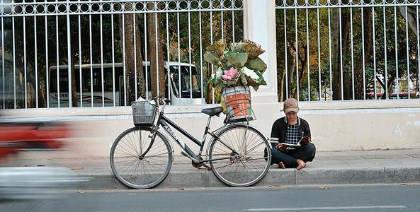 Cảm động hai anh em bán hoa sen giữa cái nắng gay gắt của Sài Gòn