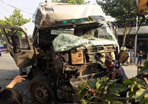 Ô tô đầu kéo container đâm gãy trụ điện rồi tông vào nhà dân