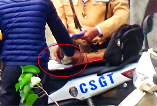 Công an Hà Nội đình chỉ 20 cảnh sát sau clip nghi nhận tiền mãi lộ