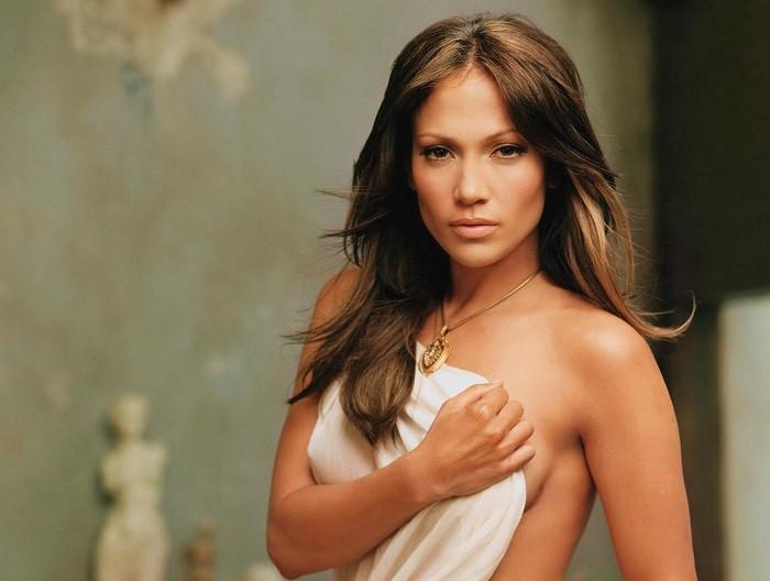 Jennifer Lopez từng bị một đạo diễn ép cởi áo phô ngực
