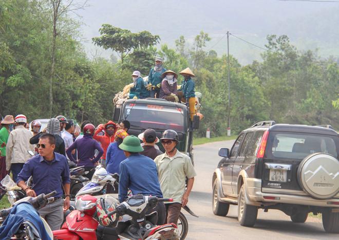 Dân chặn xe chở rác vào bãi vì mùi hôi thối