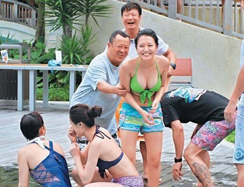 """Sao nữ Trung Quốc phải hầu tiệc đêm ngày: """"Phụ nữ mãi để mua vui?"""""""