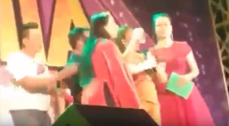 Khán giả lên sân khấu đòi tiền bồi thường khi Phi Nhung đang hát