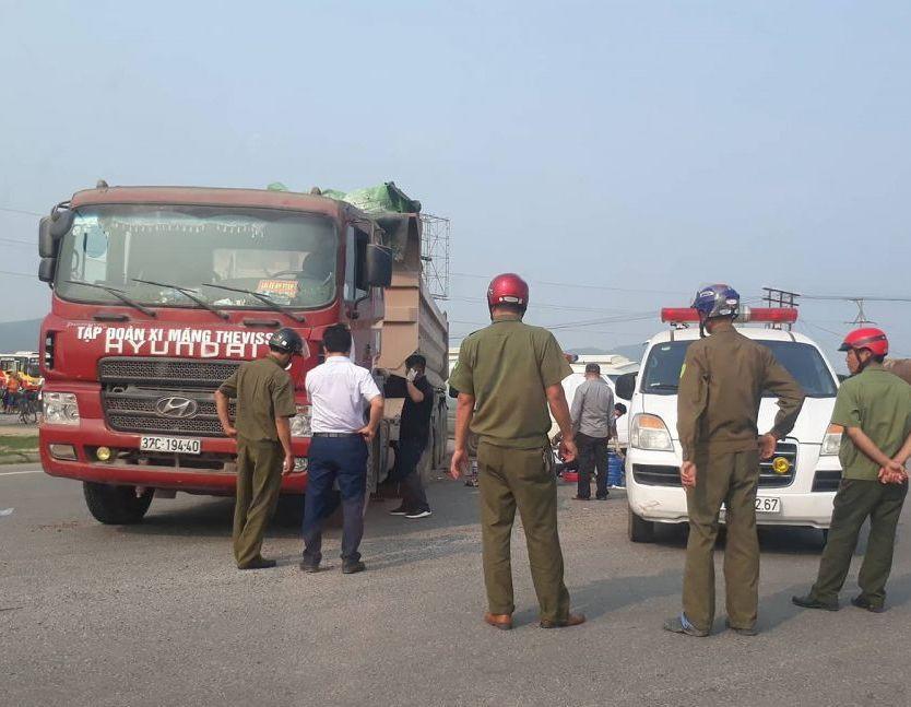 Thai phụ cùng con trai tử vong dưới bánh xe tải
