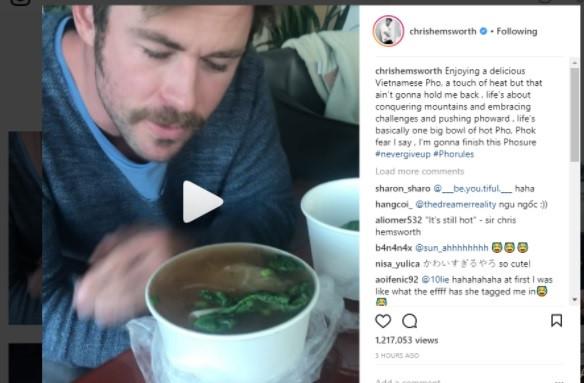 """""""Thần Sấm"""" Chris Hemsworth thưởng thức phở truyền thống Việt Nam"""