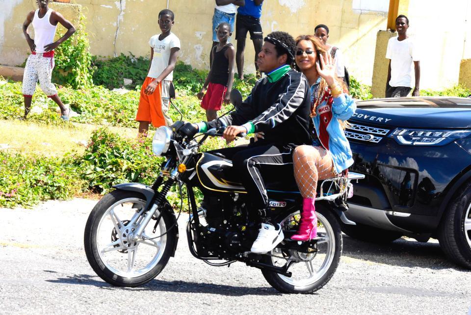 Vợ chồng Beyoncé đi xe máy ở Jamaica