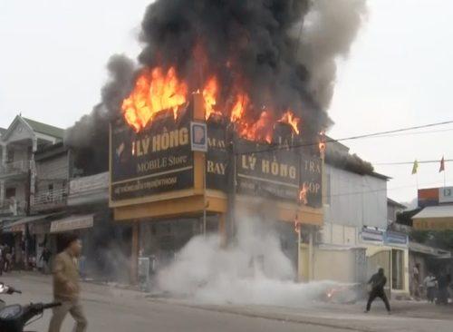 Cửa hàng điện máy bốc cháy nghi ngút cạnh cây xăng
