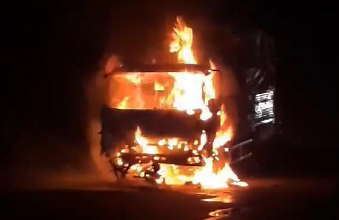 Nạn nhân 17 tuổi tử vong dưới gầm xe tải bốc cháy trên quốc lộ