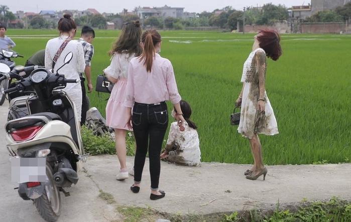 Lên đồ sang chảnh đi cưới, hai cô gái bất ngờ bị ngã xe xuống ruộng