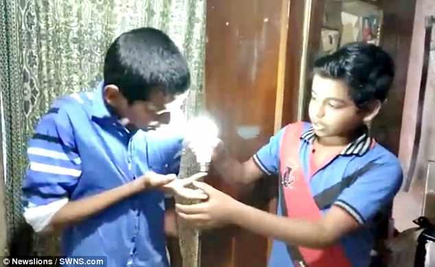 Cậu bé Ấn Độ dùng da trần phát điện làm sáng bóng đèn