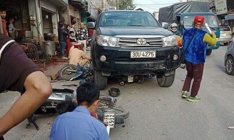 Ô tô tông 3 xe máy và taxi, bé 7 tuổi tử nạn