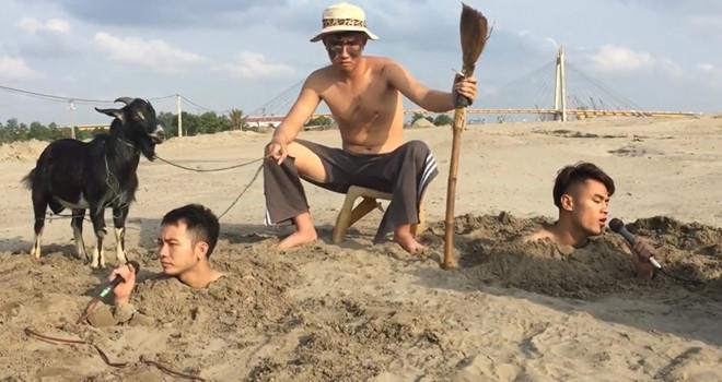 """Ba chàng trai chôn mình dưới cát, dắt dê hát """"Cô gái mét 52"""""""