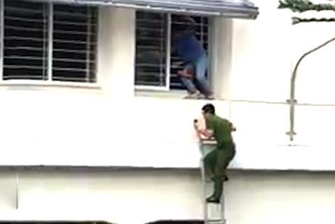 Giải cứu nam sinh trường Cao Thắng nhảy lầu tự tử