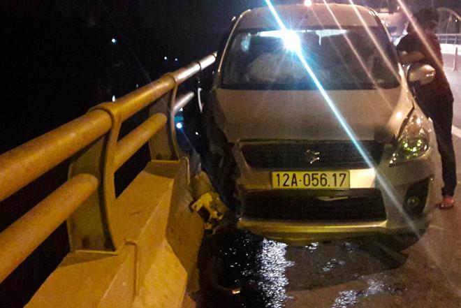 Người đàn ông lái ô tô đâm vào lan can cầu rồi nhảy sông tự tử