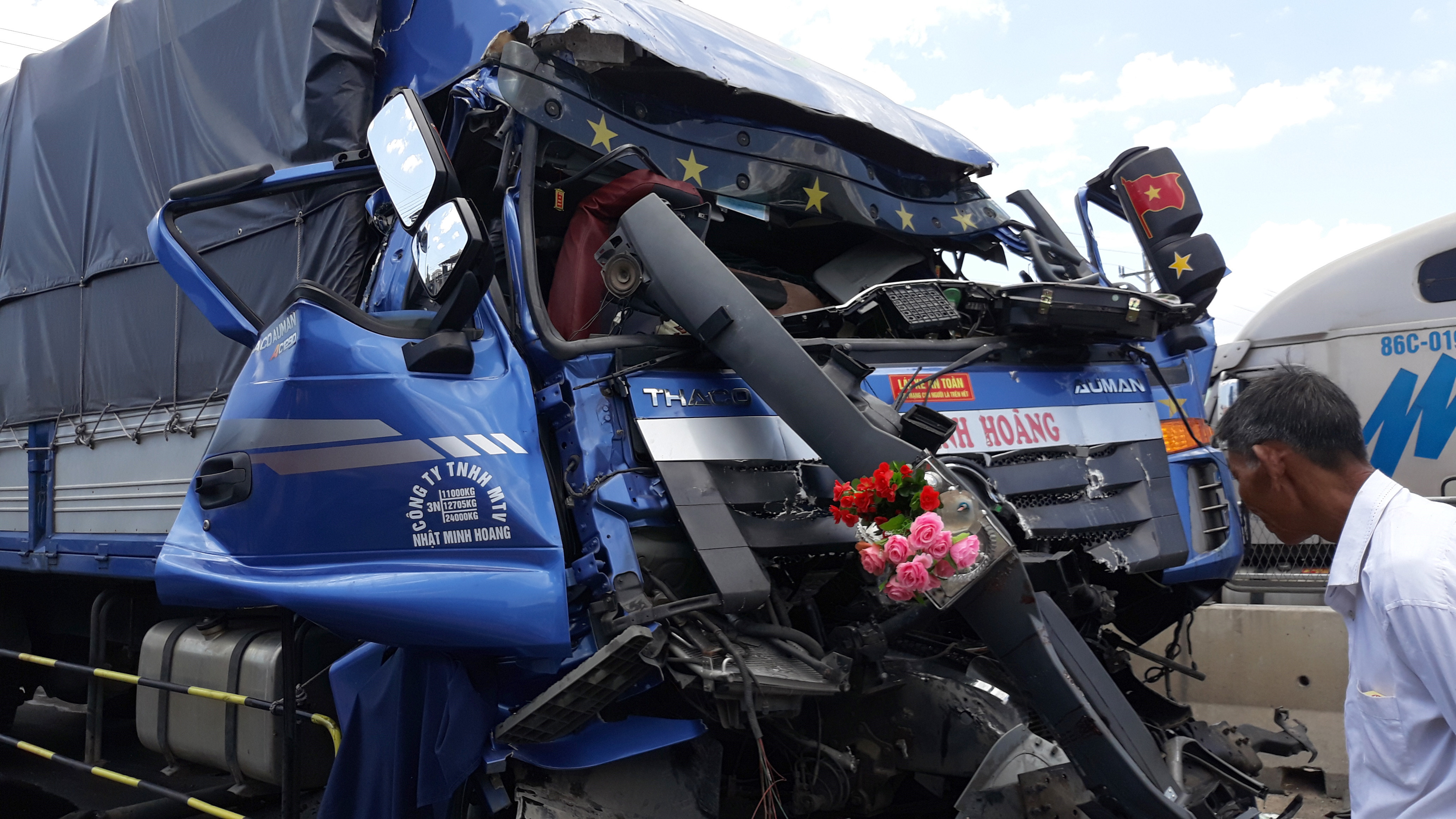Tài xế ô tô tải tử vong trong cabin sau khi đâm vào đuôi xe đầu kéo