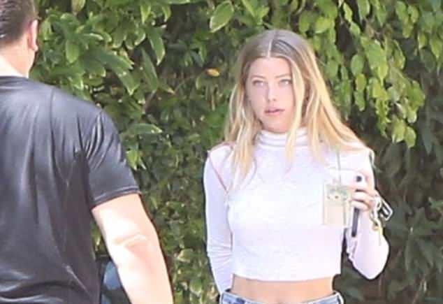 Chân dài 22 tuổi bị bắt gặp đến nhà Justin Bieber