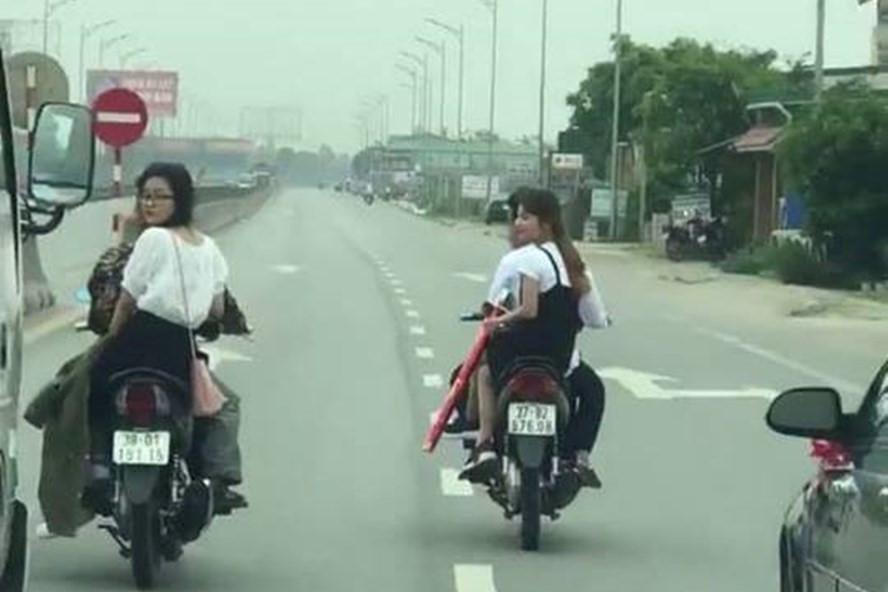 Nhóm thanh niên đầu trần dàn hàng ngang trên quốc lộ khi đi đón dâu