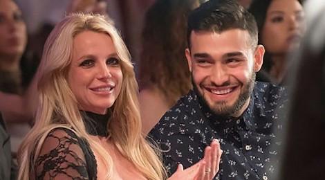 Britney Spears khoe clip tập nhảy và ôm hôn bạn trai kém 13 tuổi