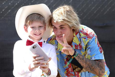 Justin Bieber diện đồ hoa sặc sỡ, được khen là anh hùng ở Coachella