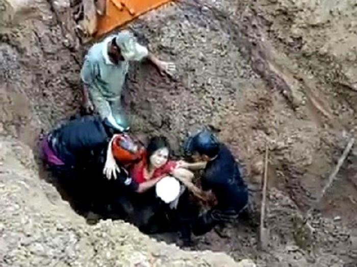 Cứu sống hai vợ chồng bị chôn sâu hơn 2 m trong gần 1 giờ
