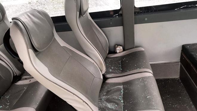 Ném đá vào xe khách chạy trên cao tốc, nhiều khách bị thương