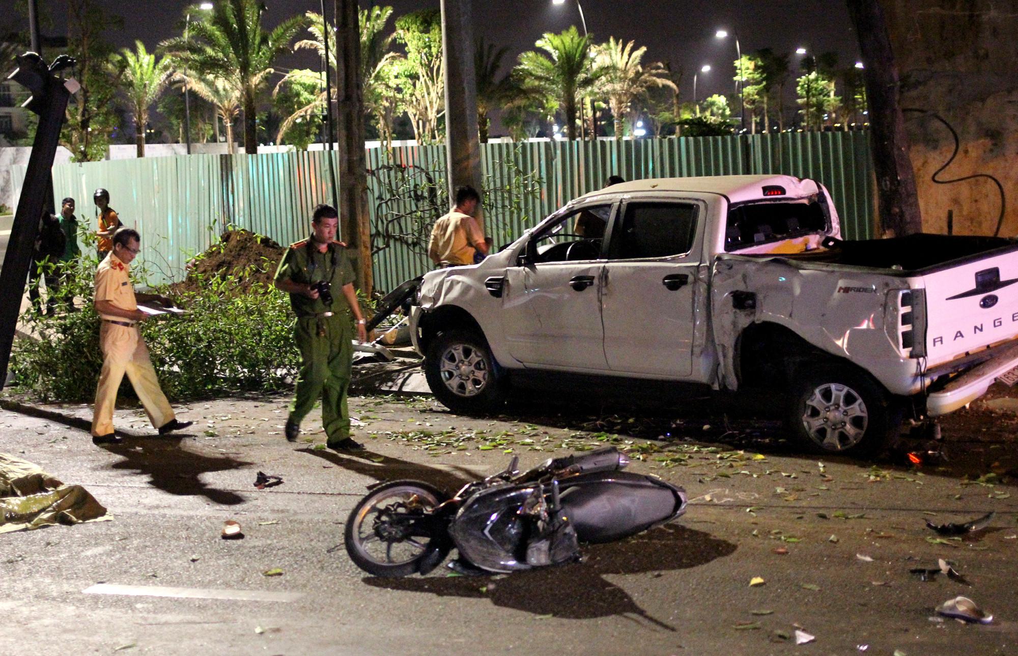 Ô tô bán tải tông hàng loạt xe máy ở trung tâm Sài Gòn, 2 người chết