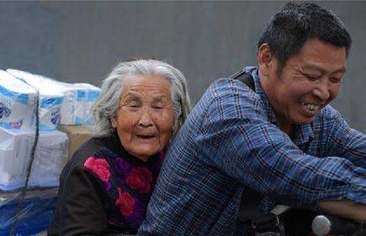 Con trai 7 năm chở mẹ già đi làm cùng trên chiếc xe đạp điện