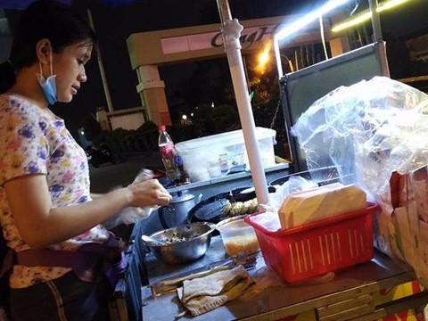 Cô gái Sài Gòn bán xôi chiên 5.000 đồng tặng kèm áo mưa cho khách