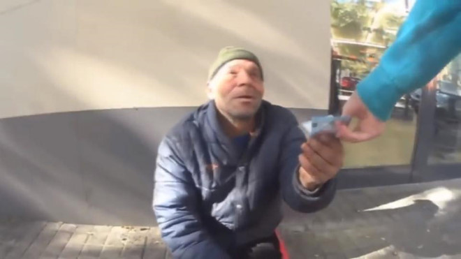 Cái kết đắng cho chàng trai lừa người vô gia cư ăn kem đánh răng