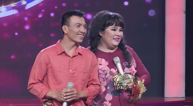 Diễn viên hài Tuyền Mập song ca cùng chồng thợ điện tại Ca sĩ bí ẩn