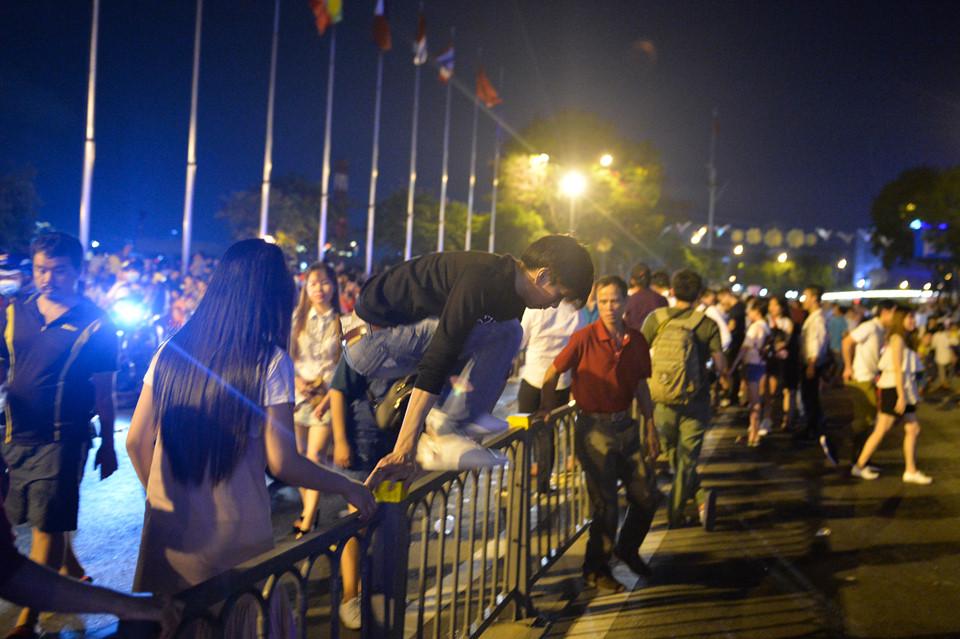 Trèo rào, xả rác sau khi xem pháo hoa ở Sài Gòn