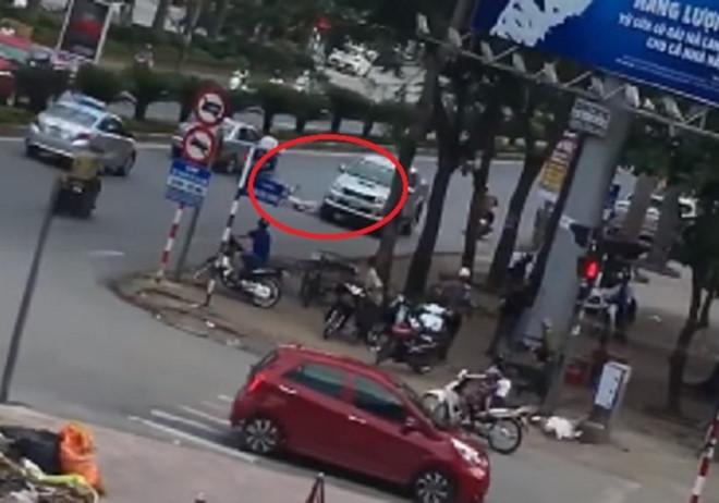 Xe bán tải lùi ngược chiều đâm chết người phụ nữ đi xe đạp