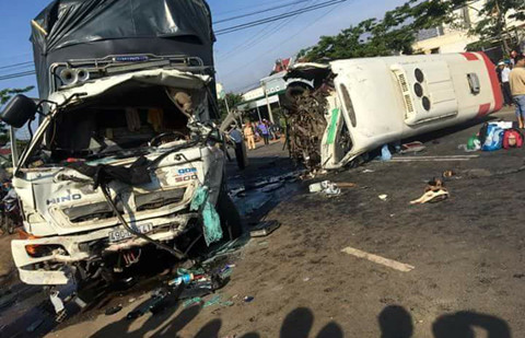 Xe khách đối đầu xe tải gần Đà Lạt, 1 người chết, 10 bị thương