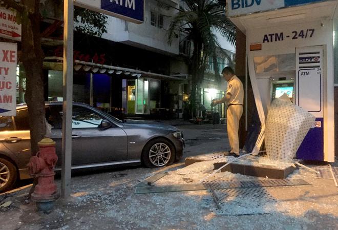 Ô tô BMW lao vào trụ ATM ngân hàng BIDV ở Sài Gòn