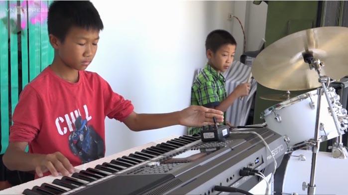 Hai đứa trẻ tự học nhạc kiếm tiền phụ giúp gia đình