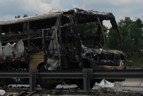 Xe giường nằm cháy rụi trên cao tốc, hơn 20 người thoát chết