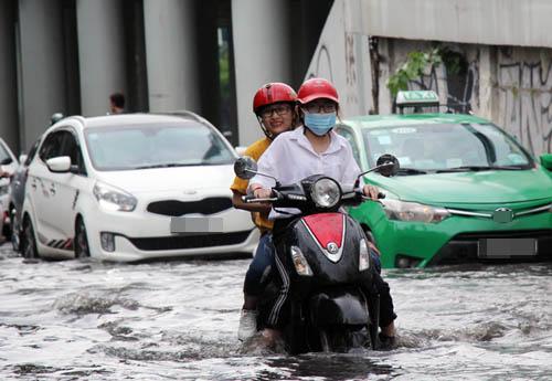 """""""Siêu"""" máy bơm hút nước, đường Sài Gòn vẫn ngập nửa mét"""
