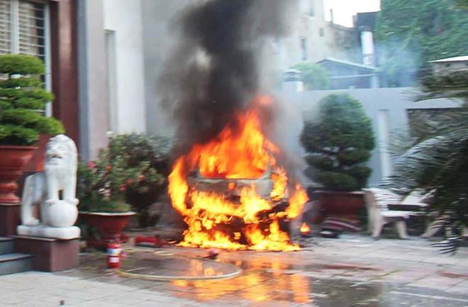 Ô tô để trước khách sạn phát nổ, bốc cháy dữ dội
