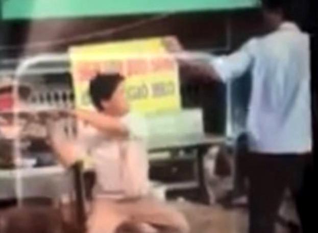 Cán bộ trật tự đô thị phường bị người bán hàng rong chém ở Sài Gòn