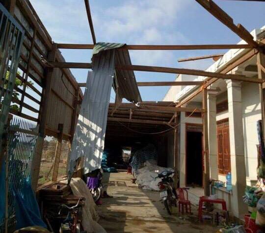 Mưa lớn kèm lốc xoáy khiến 1 người chết, hàng trăm ngôi nhà tốc mái