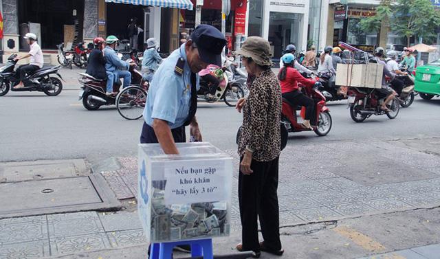 """Thùng tiền """"khó khăn, hãy lấy 3 tờ"""" ở Sài Gòn: Có người lấy cả bao gom tiền"""