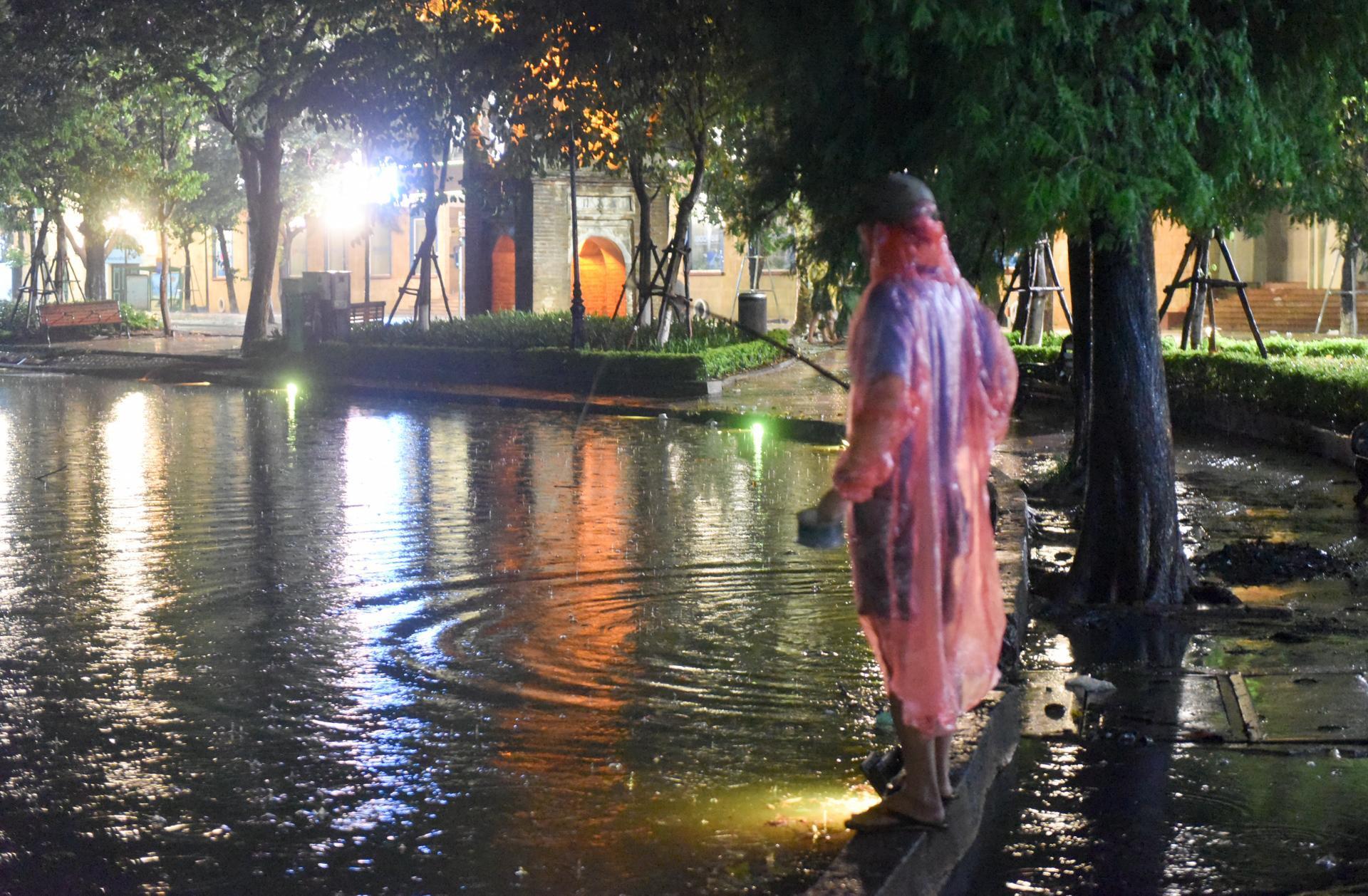 Buông cần câu cá ở hồ Gươm sau mưa lớn