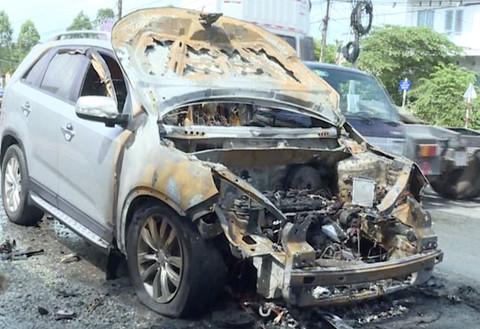 Cha kịp cứu con trai 8 tuổi ra khỏi ô tô trước khi xe bốc cháy